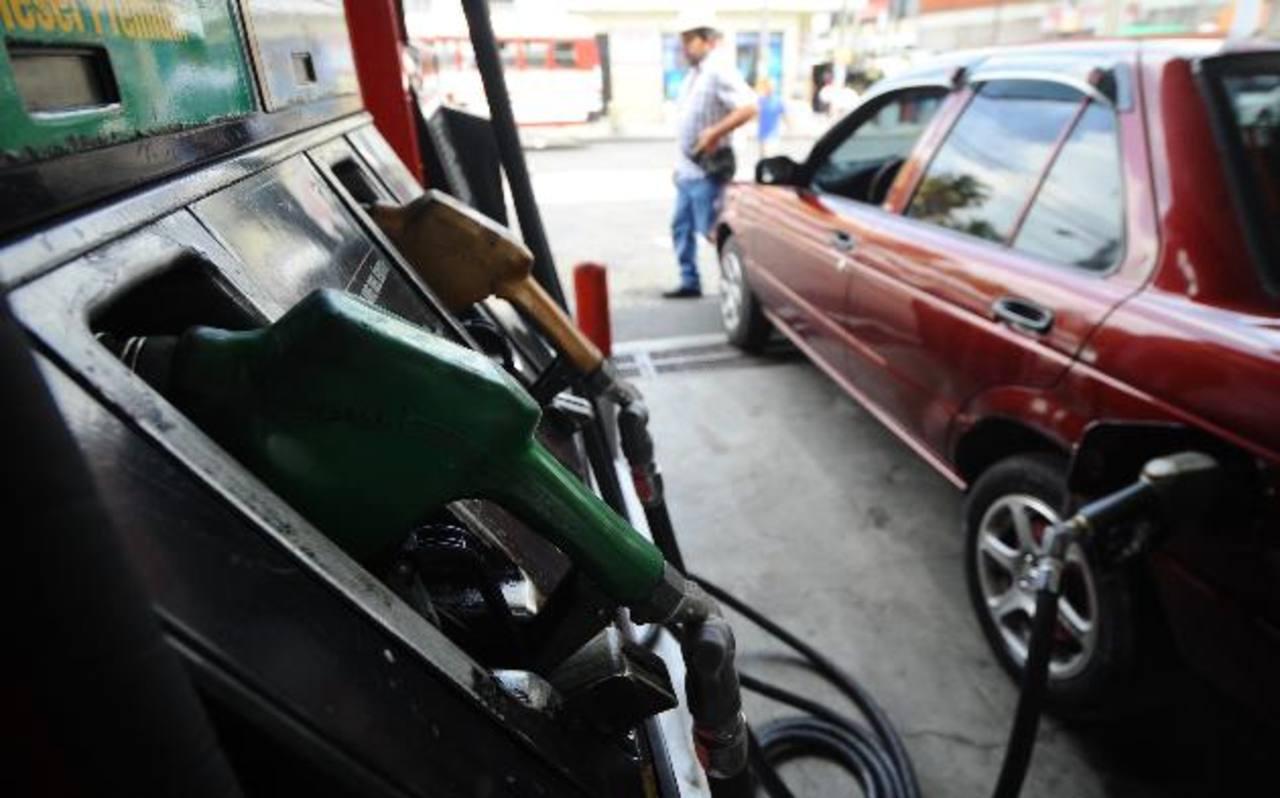A partir de hoy, las estaciones de servicio tendrán un incremento de entre $0.04 y $0.10 en las gasolinas y en la cotización del diésel. Foto edh / Archivo