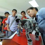 Estudiantes de distintas univesidades ponen a prueba sus habilidades de ensamblaje y programación.