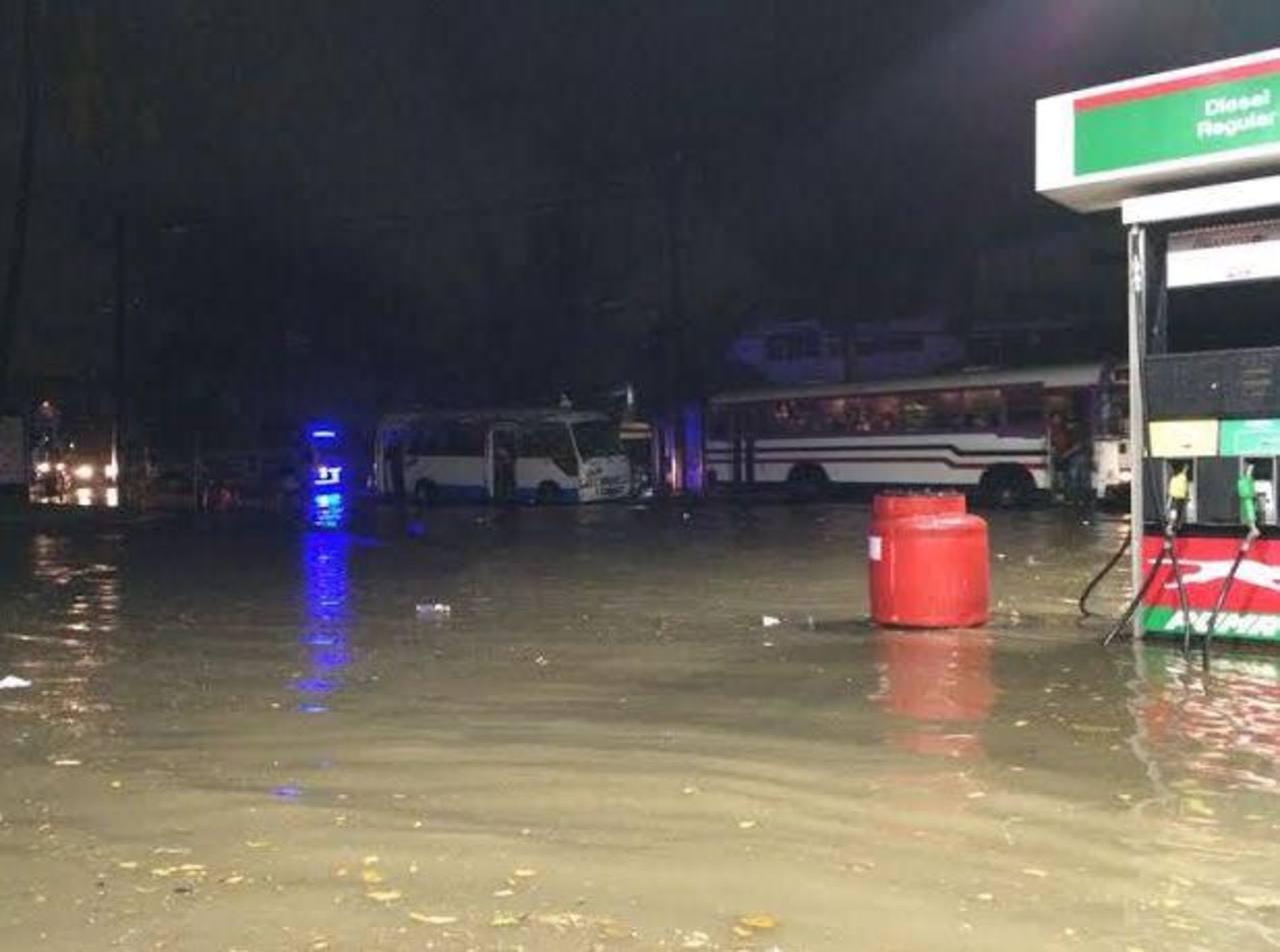 Tráfico complicado sobre la 5a Avenida Norte, entre la 17 y 15 calle poniente, en San salvador, debido a la inundación de la vía por las fuertes lluvias.