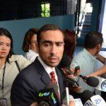 Alberto Machado, uno de los defensores dio declaraciones después de la diligencia en el tribunal. Foto EDH / Douglas Urquilla