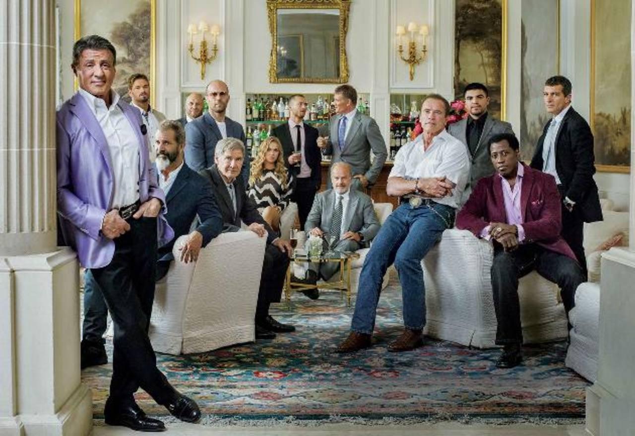 """El actor Sylvester Stallone (Barney Ross ), al frente, junto al elenco principal de la """"Los Indestructibles 3"""", filme dirigido por el cineasta Patrick Hughes. foto edh/ Vanity Fair"""