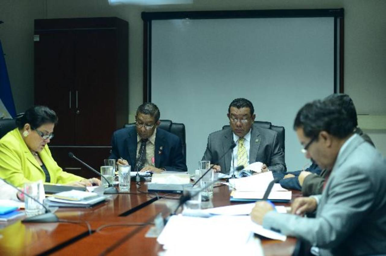 Margarita Escobar, de ARENA (izquierda), se enfrentó verbalmente con Mario Tenorio, de Gana, (de corbata amarilla al centro). Ella y Alejandrina Castro se retiraron. Foto EDH / jorge reyes