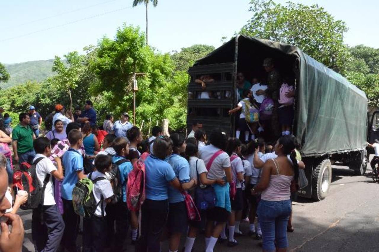 Los alumnos de la escuela Rosa Hirleman esperaron por varia horas para poder ser evacuados de la zona de peligro en simulacro. Foto EDH / carlos segovia