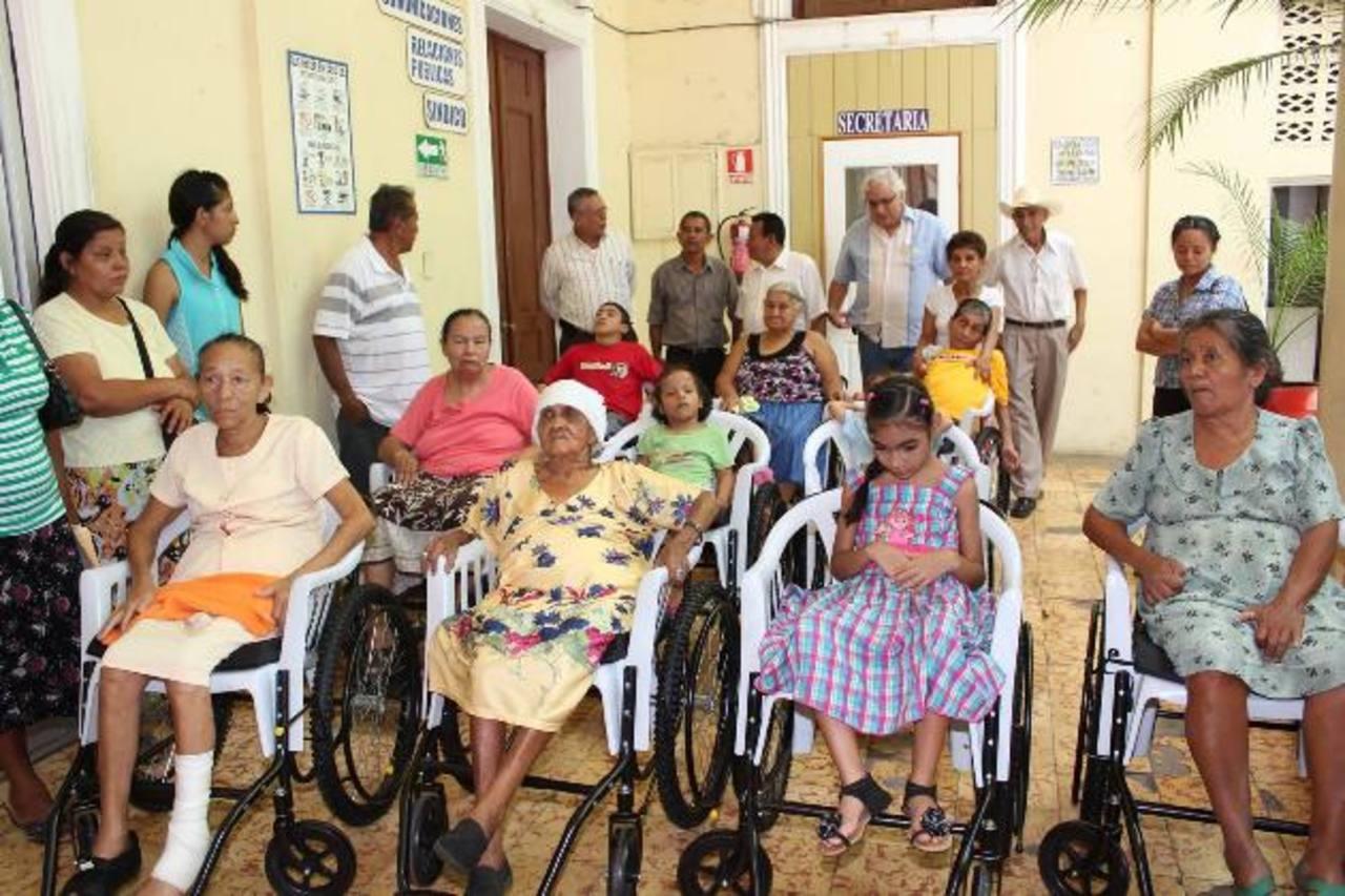 Entregan silla de ruedas a 11 adultos mayores