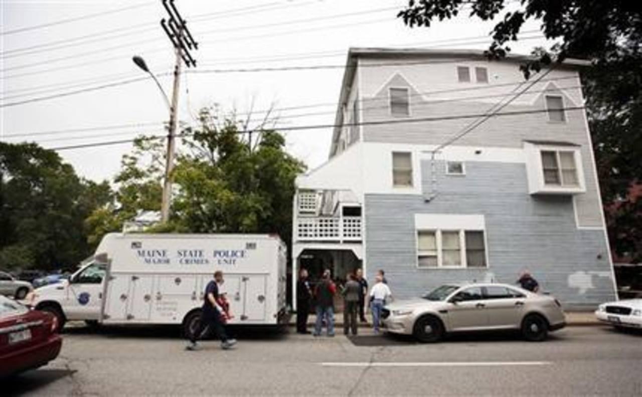 Agentes de la policía de Maine investigan en un complejo de apartamentos donde cinco integrantes de una familia, entre ellos tres niños, fueron hallados muertos.
