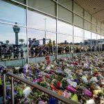 Centenares de ramos de flores en memoria de las víctimas del vuelo MH17 alfombran una zona de la terminal 3 del aeropuerto de Amsterdam-Schipol, Holanda