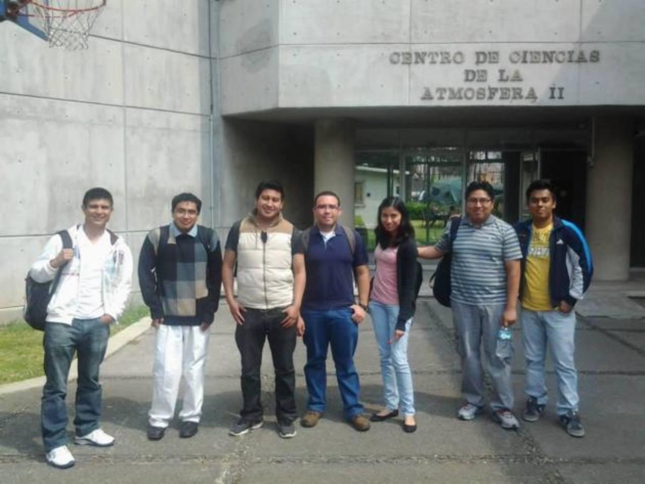 El geofísico salvadoreño, Jaime Hernández (al centro), junto a compañeros. Foto EDH / cortesía