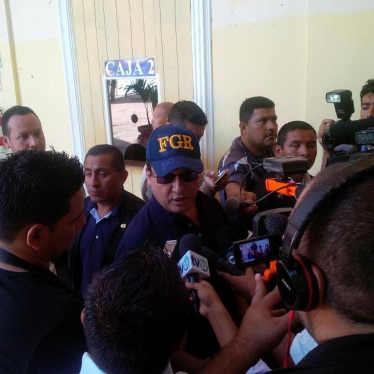 El fiscal Luis Martínez durante sus declaraciones a la prensa.