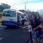Solo algunos micorbuses de la ruta 20 están operando. Lucen llenos de pasajeros.
