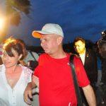 El exjefe de la Inteligencia militar Hugo Carvajal (der.) se dirige al aeropuerto ayer, en Oranjestad (Aruba). foto edh / efe