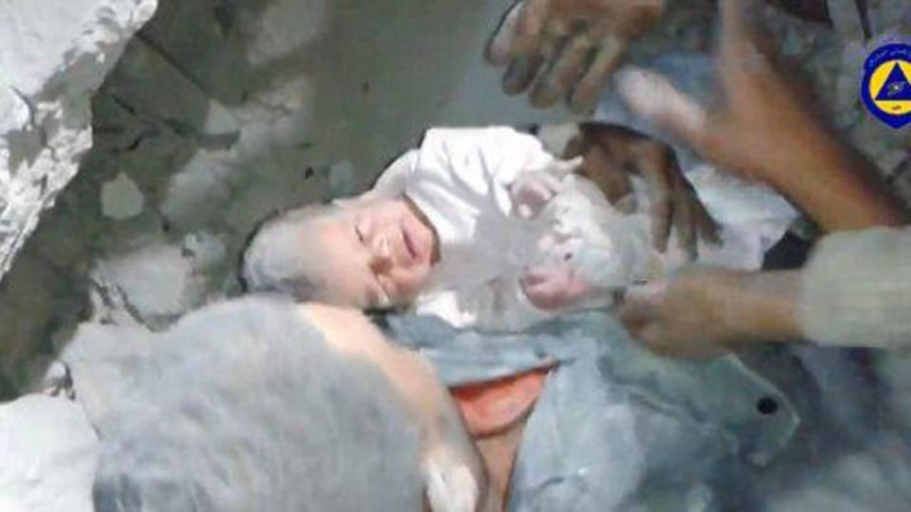 El llanto del bebe le salvó la vida. Después de 16 horas de estar bajo los escombros, un rescatista logra sacarlo. foto youtube.com