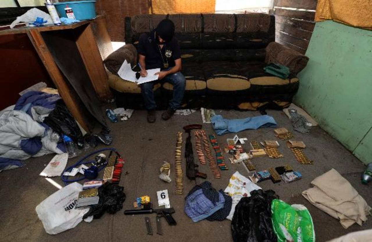 En el allanamiento a un taller en San Martín, fue decomisado un fusil AK-47 y abundante munición. Foto EDH / Jaime Anaya.