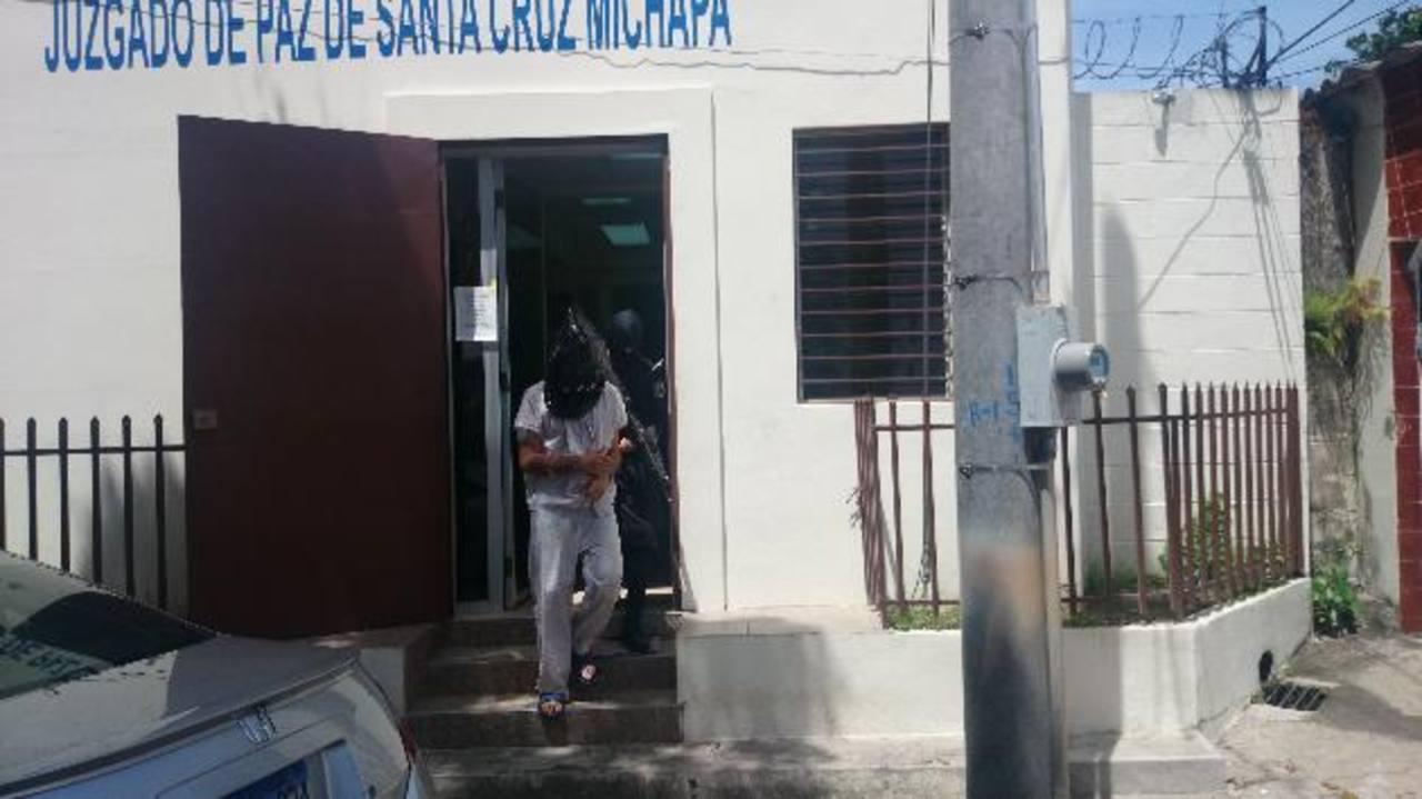 El sospechoso del asalto a un bus el viernes anterior en Santa Cruz Michapa, fue enviado a prisión ayer. Foto EDH / Jorge Beltrán.