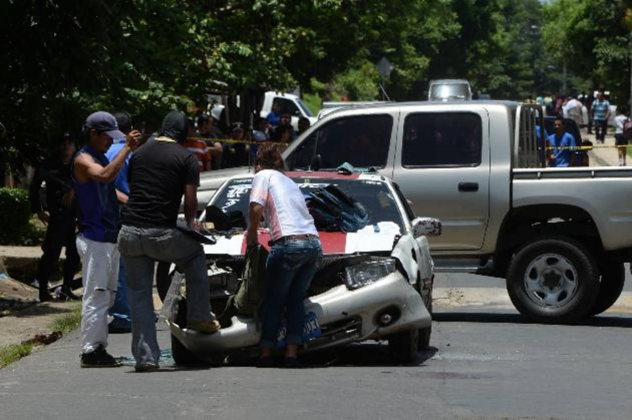 Auto de José Marvin Romero, de 29 años, en el que se conducía cuando fue asesinado en el cantón Las Dispensas, de San José Villanueva. Fotos EDH/Jaime Anaya.