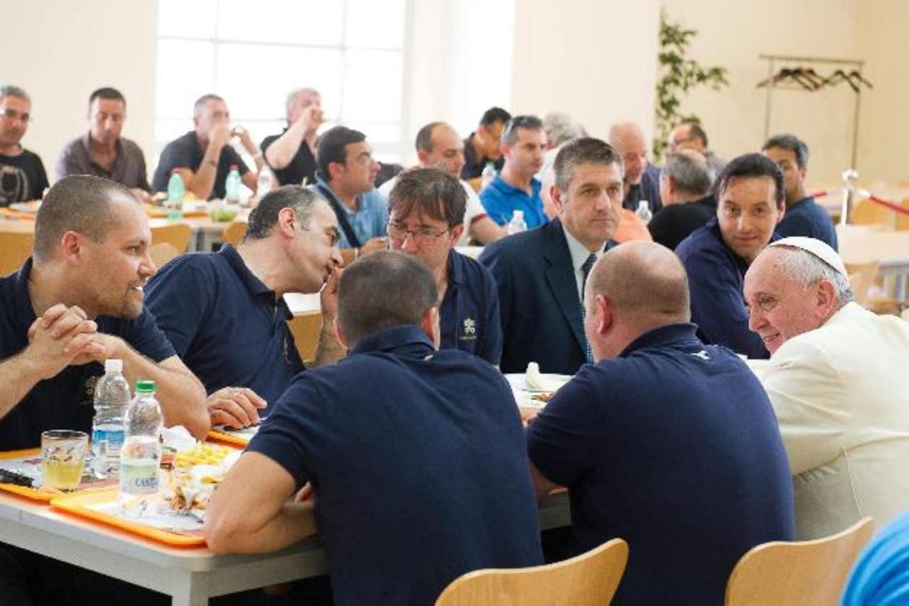 El papa almuerza con trabajadores del Vaticano, como uno más