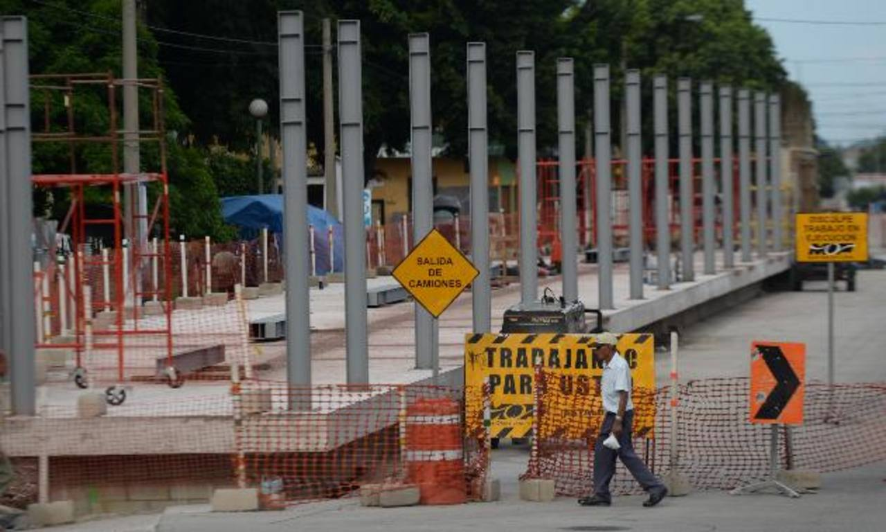 En el parque Centenario iniciaron la construcción de la parada de buses sin el permiso de la alcaldía capitalina. Foto EDH