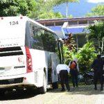 Los 73 menores repatriados ayer desde México llegaron en tres buses diferentes se reunieron con sus familiares en el Departamento de Atención al Migrante. foto EDH / René estrada