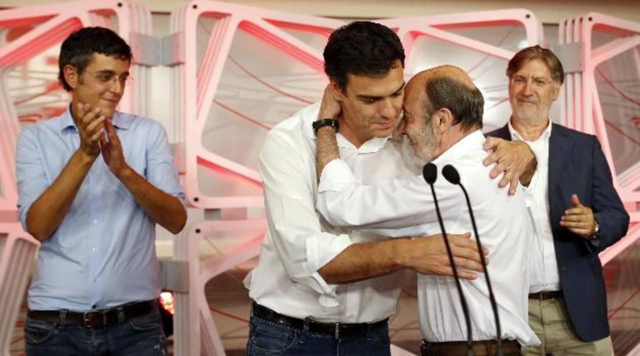 El secretario general electo del PSOE, Pedro Sánchez (izq.), saluda a su antecesor Alfredo Pérez Rubalcaba. Foto edh/reuters