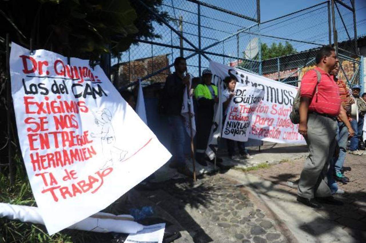 Los manifestantes colocaron pancartas en las principales entradas del edificio municipal. Foto EDH / MIGUEL VILLALTA