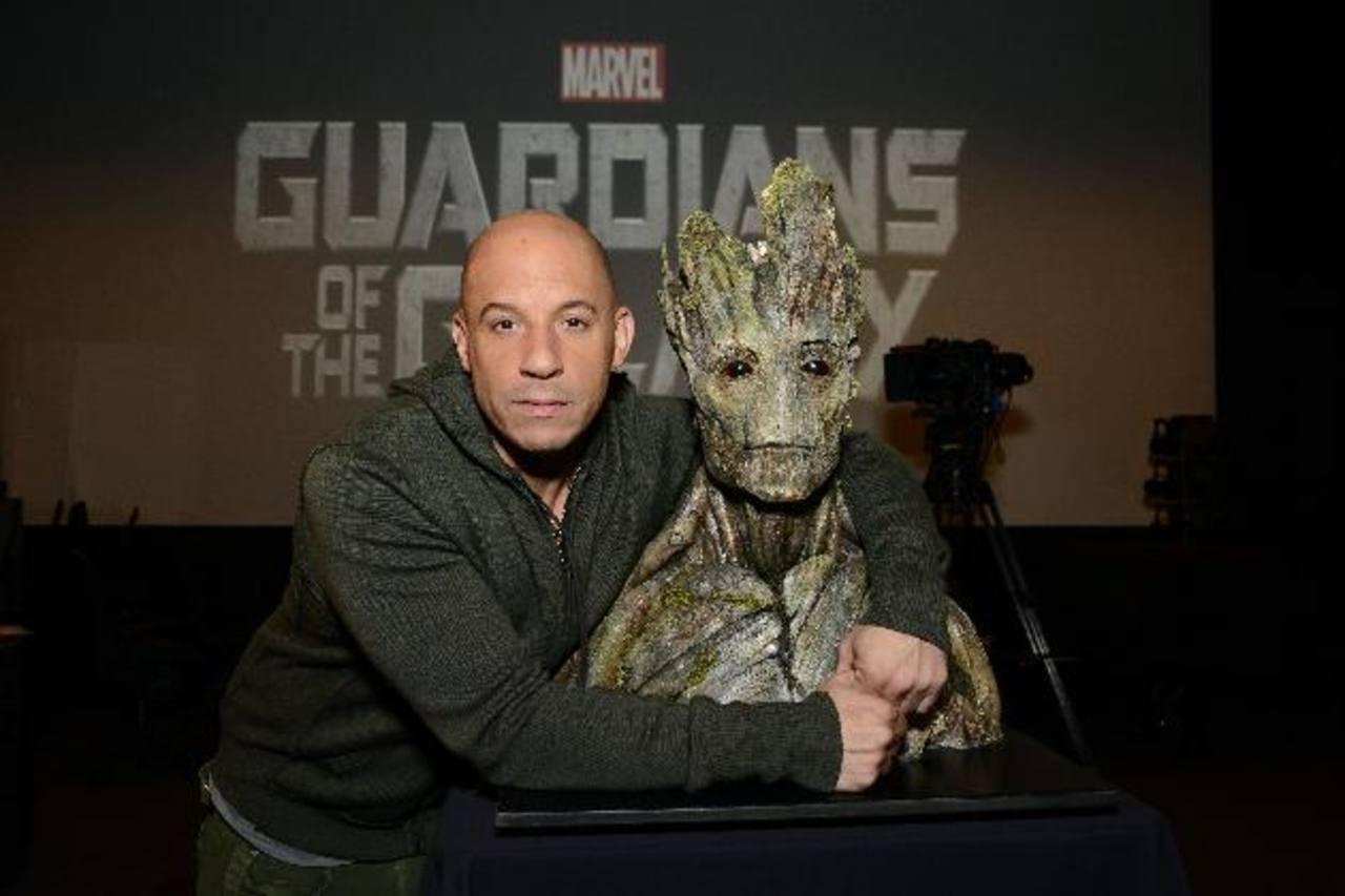 Vin Diesel contribuyó en la caracterización de Groot. A la derecha, posando junto al busto.