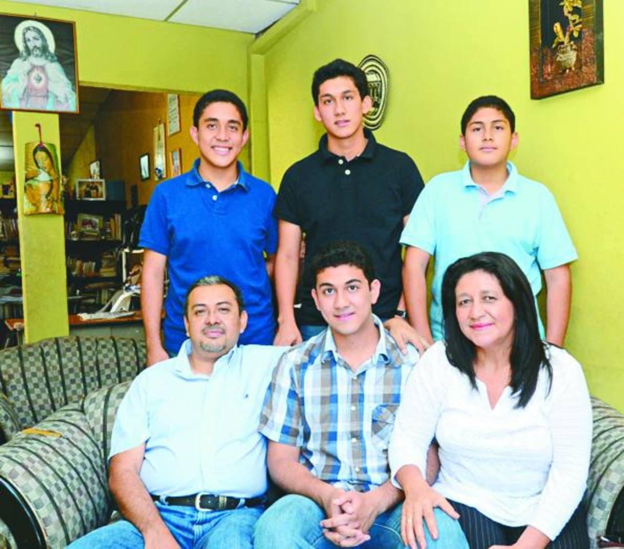 Rodrigo Mundo (camisa negra) junto a su familia. Es uno de los que competirá en la 46a. Olimpiada Internacional de Química.