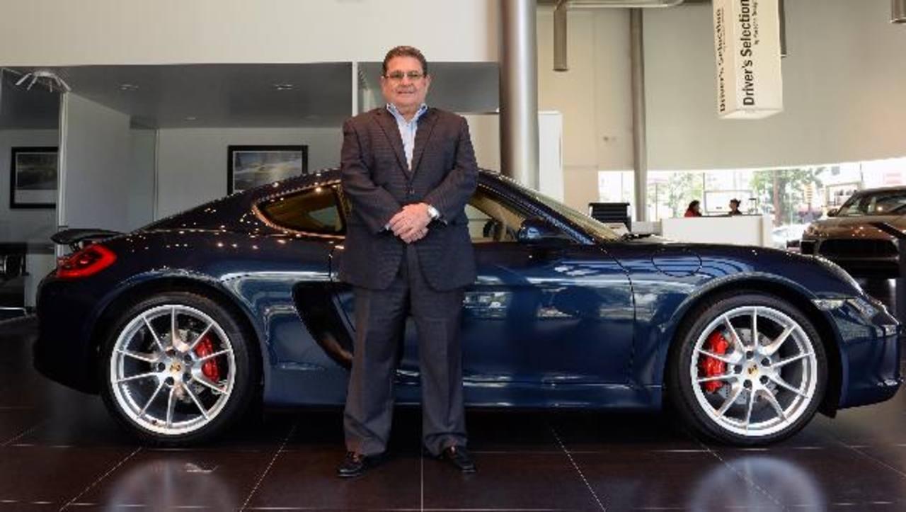 Juan F. Salaverría posa con uno de los vehículos disponibles en Porsche Center. Foto edh/ marvin recinos