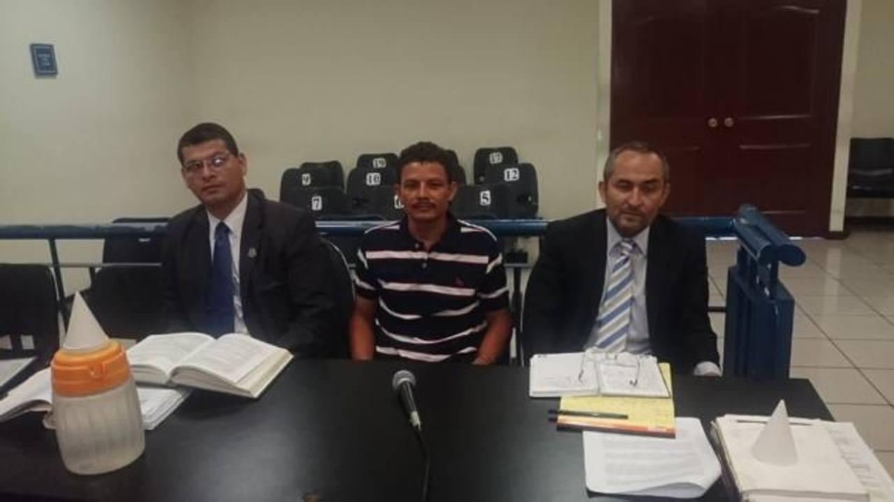 José Agapito, junto a sus abogados Francisco Sermeño y Miguel Ángel Caldero durante la última audiencia de revisión de sentencia.