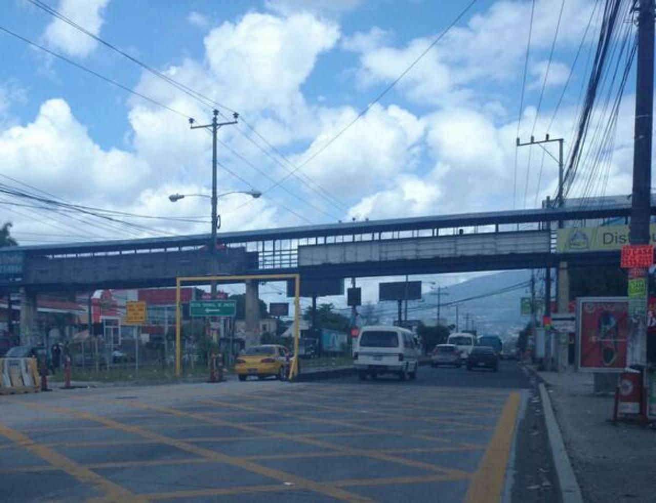 Carril segregado que conduce desde Plaza Mundo hasta el Reloj de Flores sobre el bulevar del Ejército.