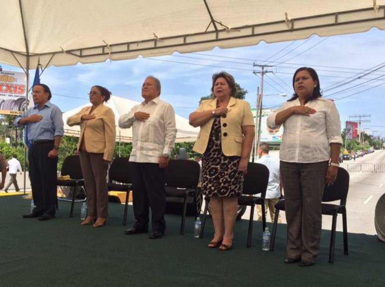 Las autoridades que participaron en la inauguración.