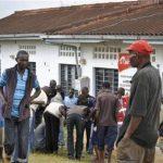 Varias personas observando fuera de la estación de policía de Gamba el lugar del asalto donde murieron 18 personas en un ataque por simpatizantes de al Qaida.