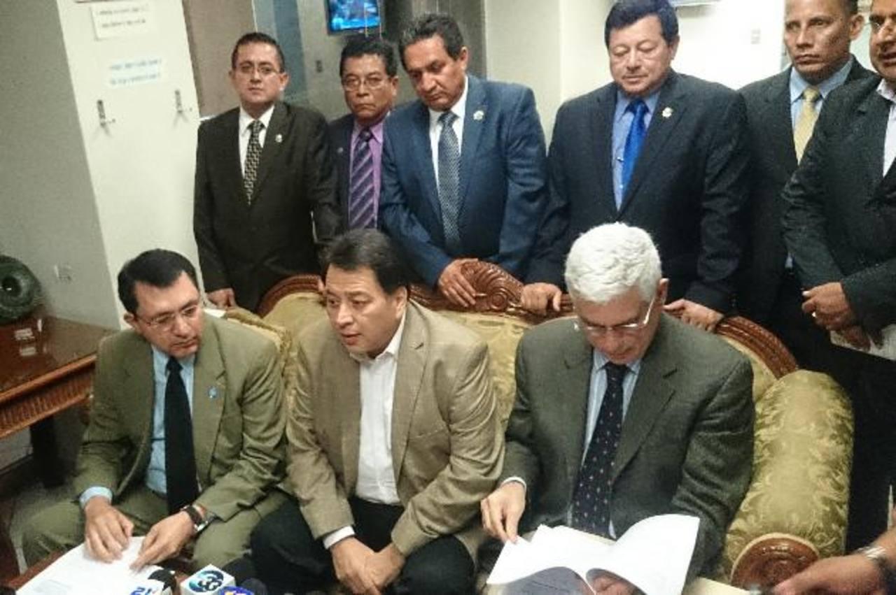 Dirigentes de PCN y PDC anuncian ternas para magistrados del TSE. Foto EDH /juan josé morales