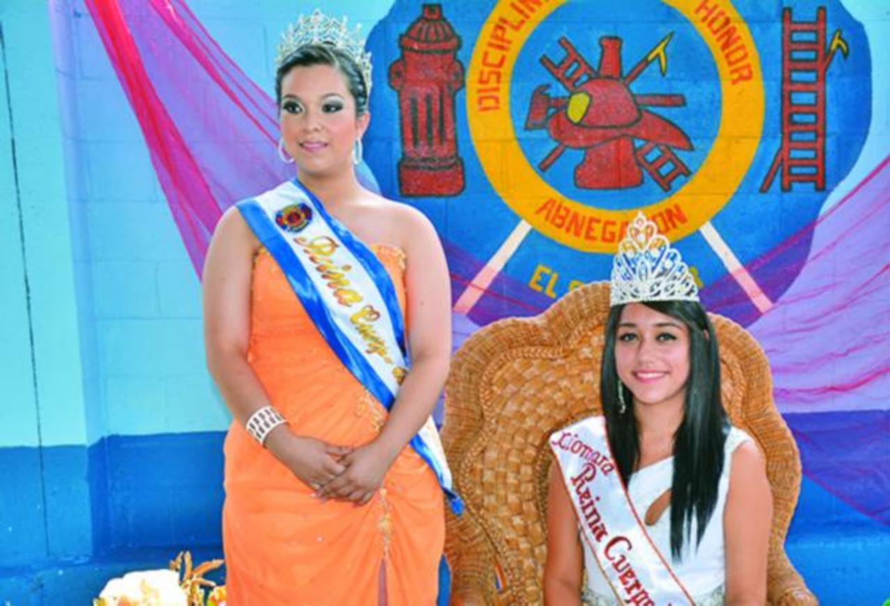 Xiomara Quintanilla, sentada, fue coronada como reina del Cuerpo de Bomberos en Santa Ana. foto edh / cristiaN DÍAZ