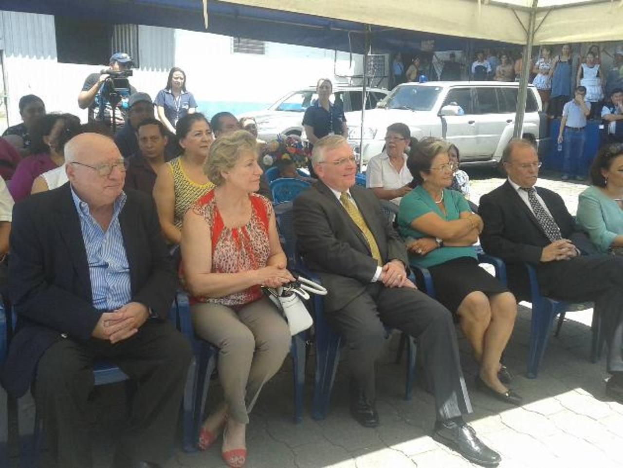 Miembros del cuerpo diplomático y padres de niños beneficiados asistieron a la ceremonia.