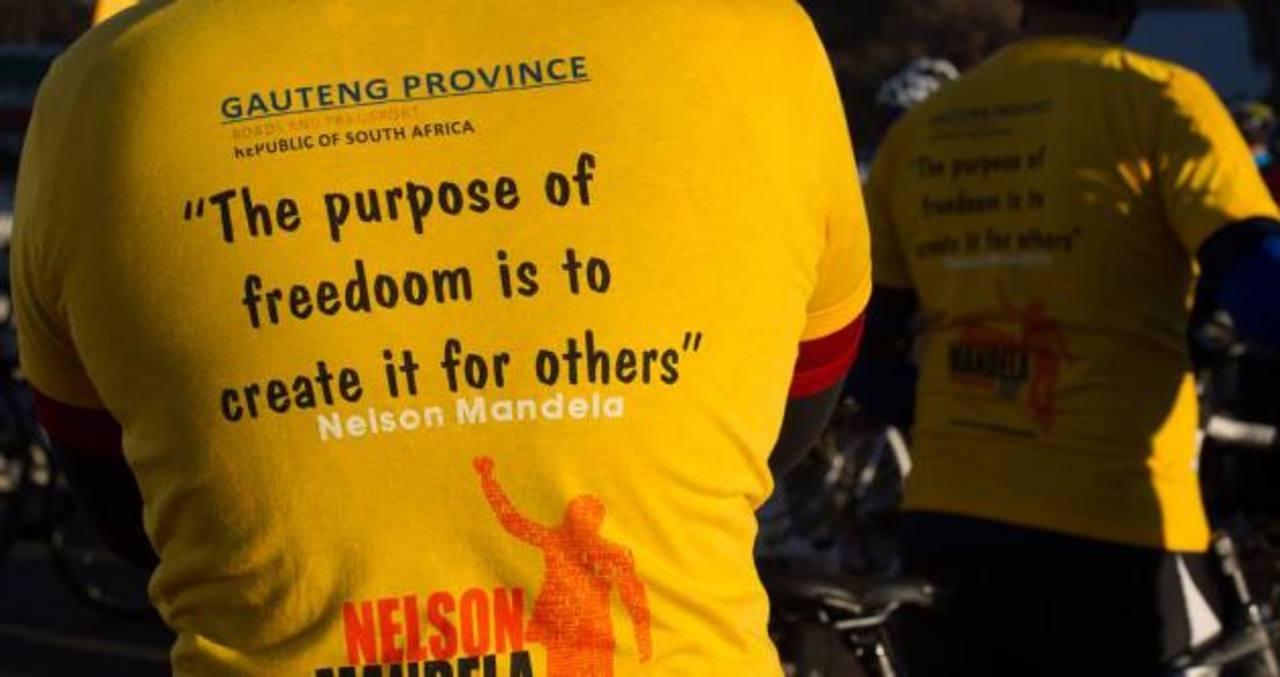 """Un ciclista viste la camiseta con la frase de Nelson Mandela """"El propósito de la libertad es crearla para los demás"""". Pero una """"o"""" demás convirtió a """"freedom"""" (libertad) en """"fredoom"""", o libre fatalidad."""