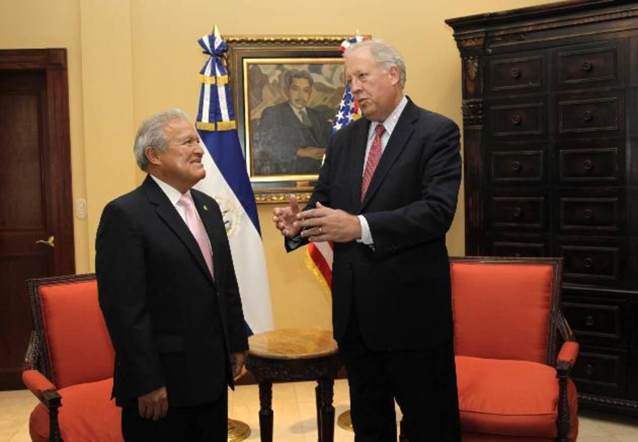 El presidente Salvador Sánchez Cerén y el consejero Thomas Shannon abordaron la temática de la niñez migrante. FOTO EDH / CAPRES