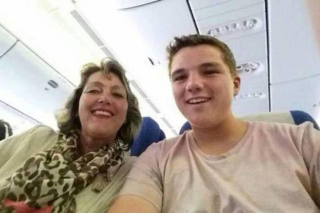 Conmovedor selfie de madre e hijo que viajaban en avión de Malaysia Airlines