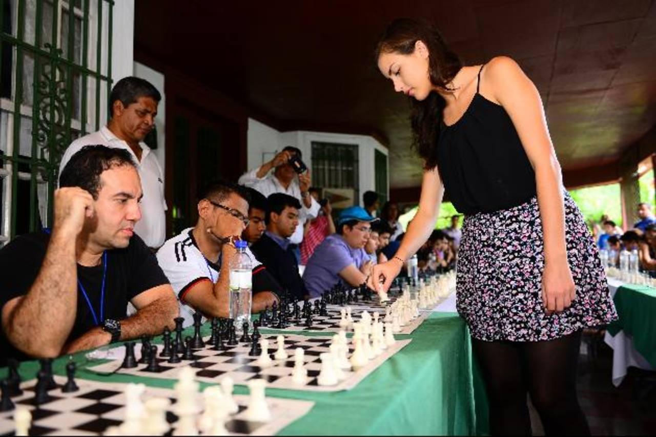 Alexandra Botez jugó una partida con 30 contendientes al mismo tiempo. Fotos EDH / CESAR Avilés