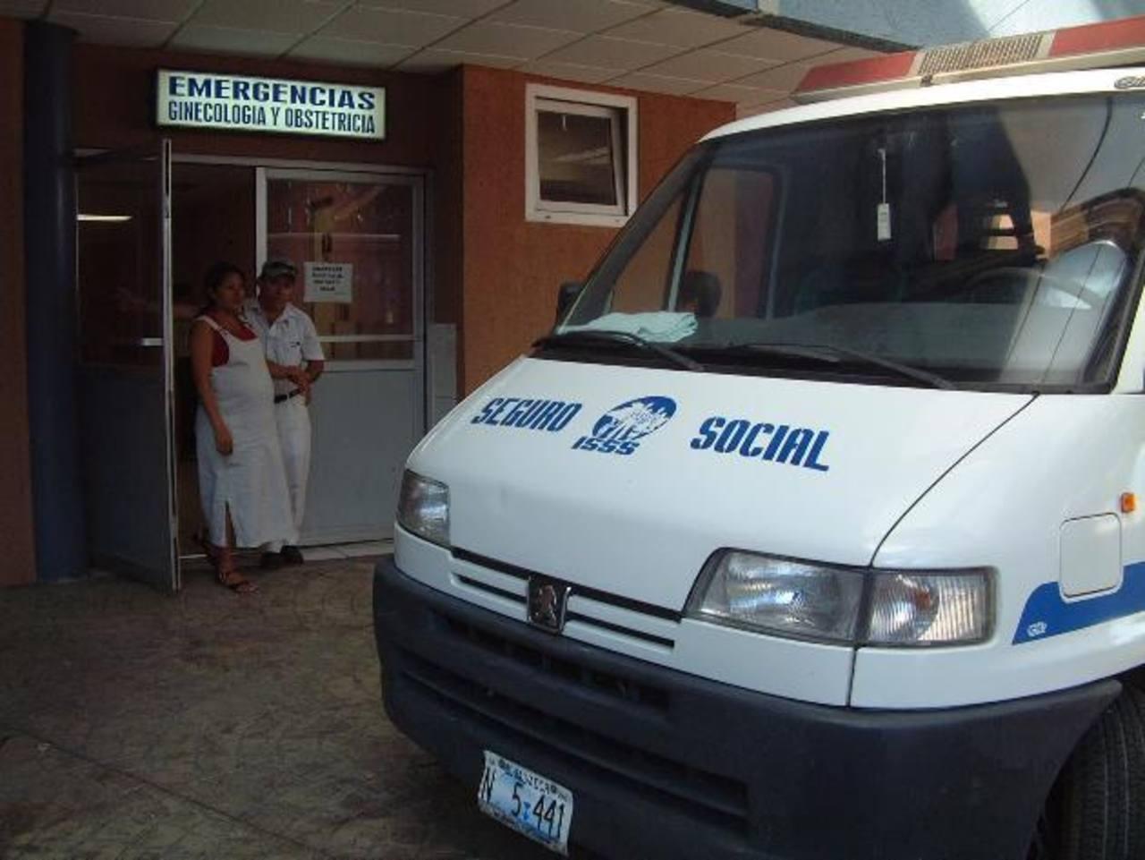 Una ambulancia se encuentra frente a la entrada de la Emergencia de Ginecología del hospital Amatepec.