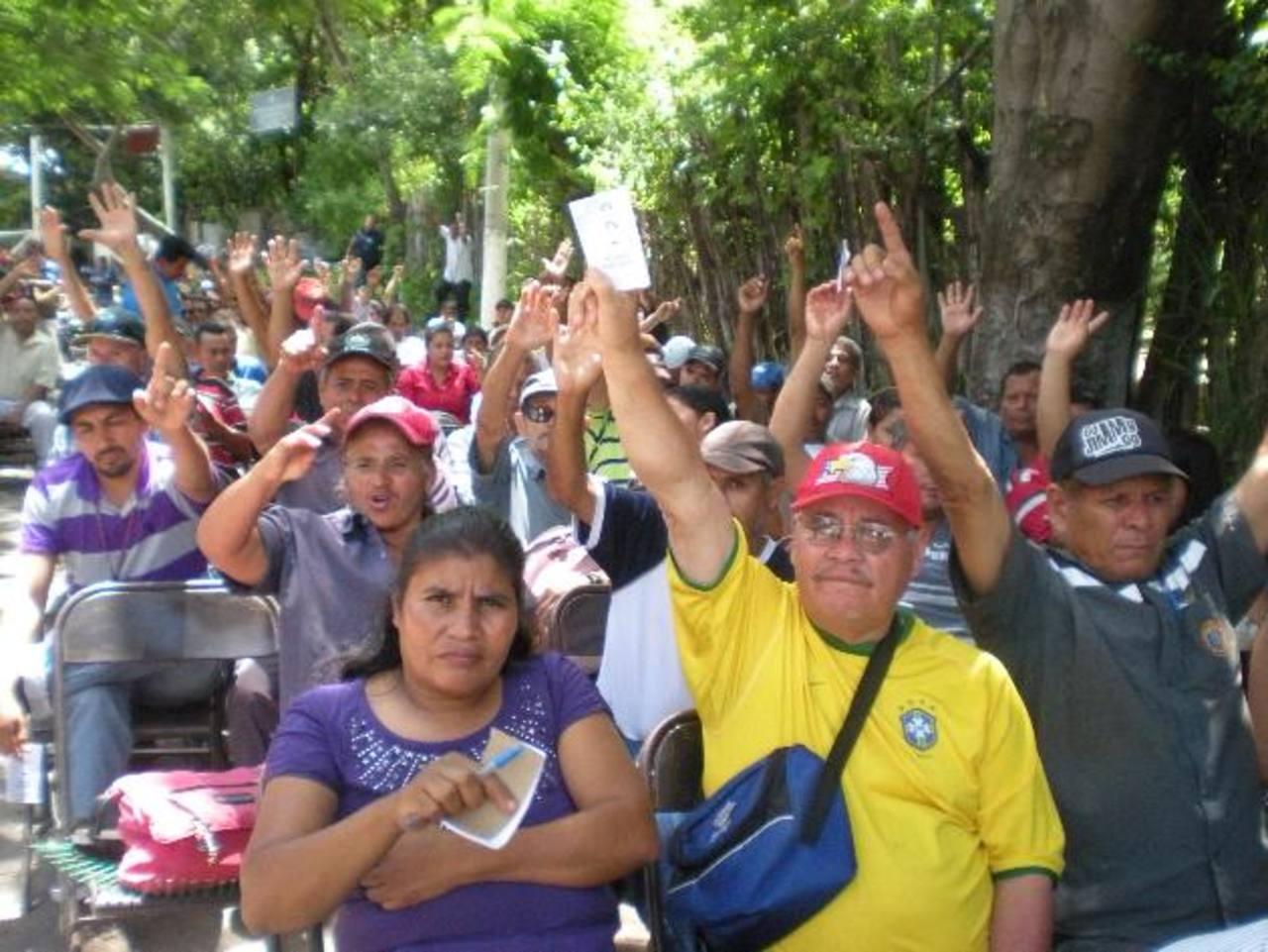 Sindicalistas lamentaron la decisión de alcaldía. Tuvieron que realizar su actividad bajo el sol. Foto EDH / MAURICIO GUEVARA