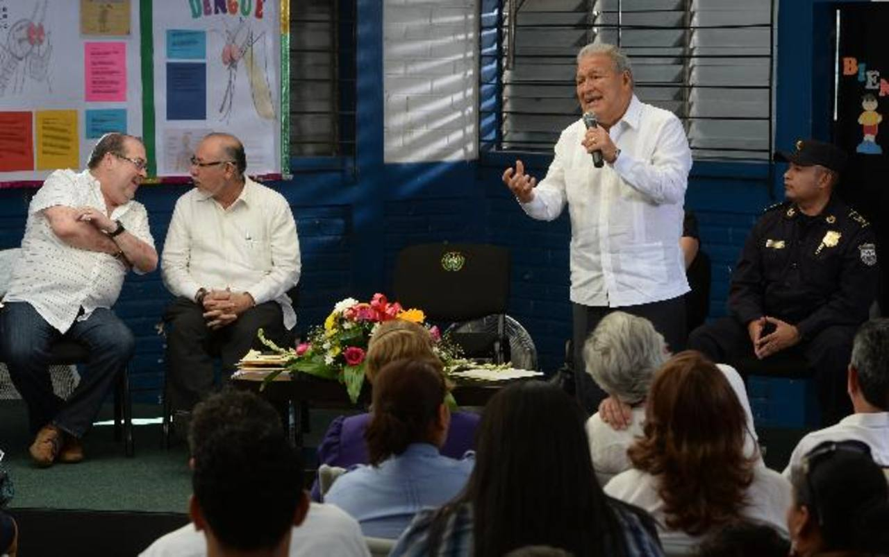El presidente de Anda, Marco Fortín; el ministro de Agricultura, Orestes Ortez y el presidente Salvador Sánchez, durante su visita a la colonia Dolores de esta capital. FOTO EDH / JAIME ANAYA