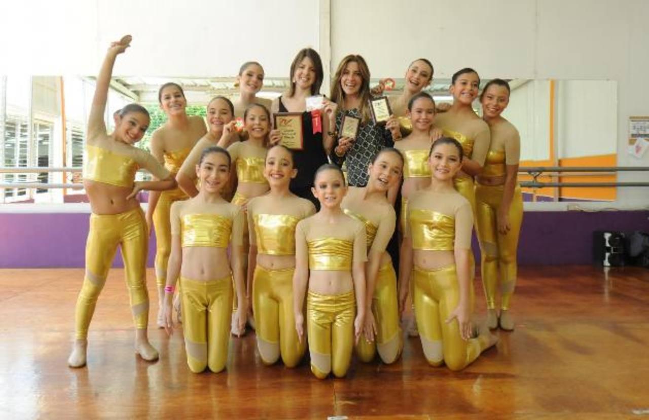 Nené de Roeder y Karen Roeder junto a las niñas galardonadas a nivel internacional. Fotos EDH /lissete monterrosa.