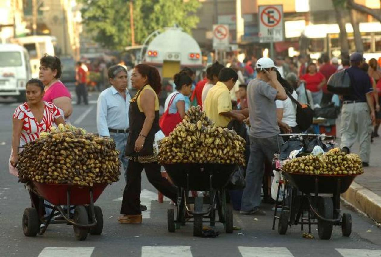 Los comerciantes que trabajan en el sector informal serían el público meta de las micropensiones. Foto EDH / Archivo