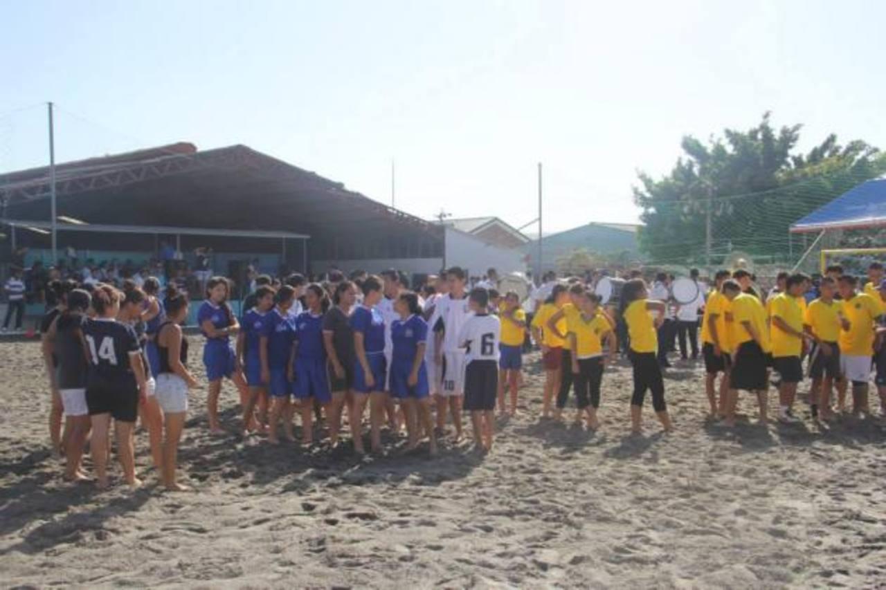 Estudiantes de escuelas públicas y privadas participaron en la jornada deportiva. foto edh / cortesía
