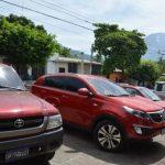 Este vehículo aparcado, a las afueras de la comuna de San Jorge, tenía rastros de ceniza del volcán foto edh / carlos segovia