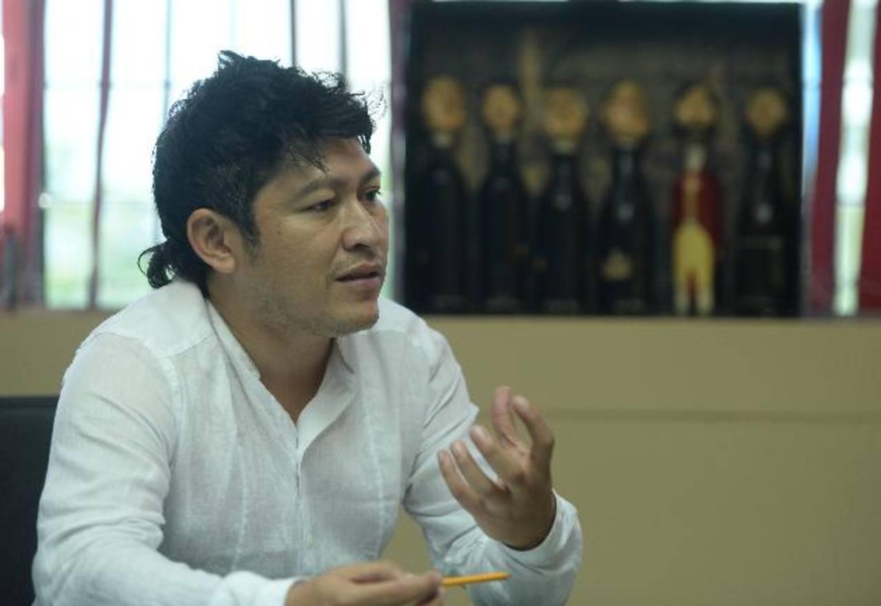 El actor y director de teatro, César Pineda, explicó que se busca generar nuevas propuestas. Foto EDH /Marlon Hernández