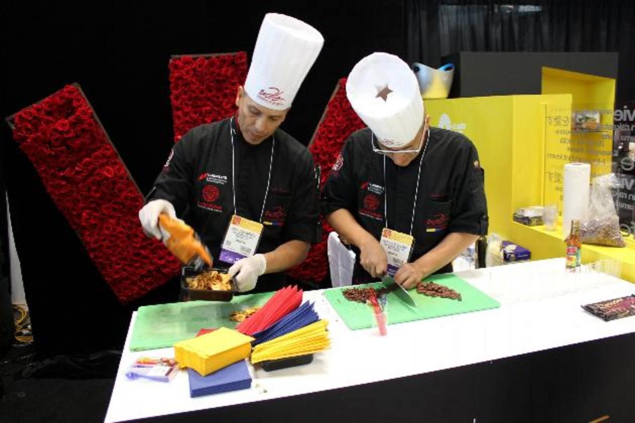 """Chefs ecuatorianos preparan recetas con productos típicos de su país durante el """"Fancy Food Show""""."""