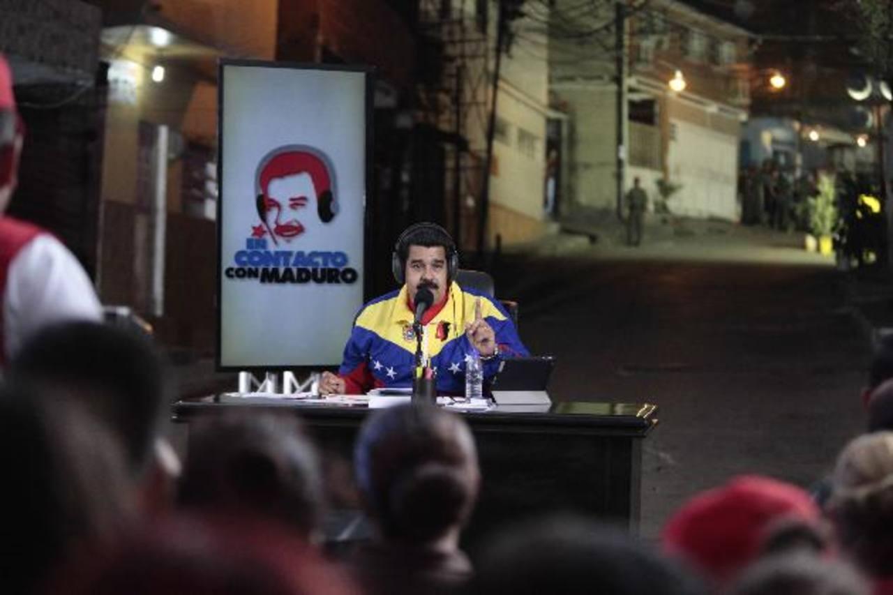 """El presidente Nicolás Maduro, durante su programa radial """"En contacto con Maduro"""" en una comunidad de Caracas. edh / Reuters"""