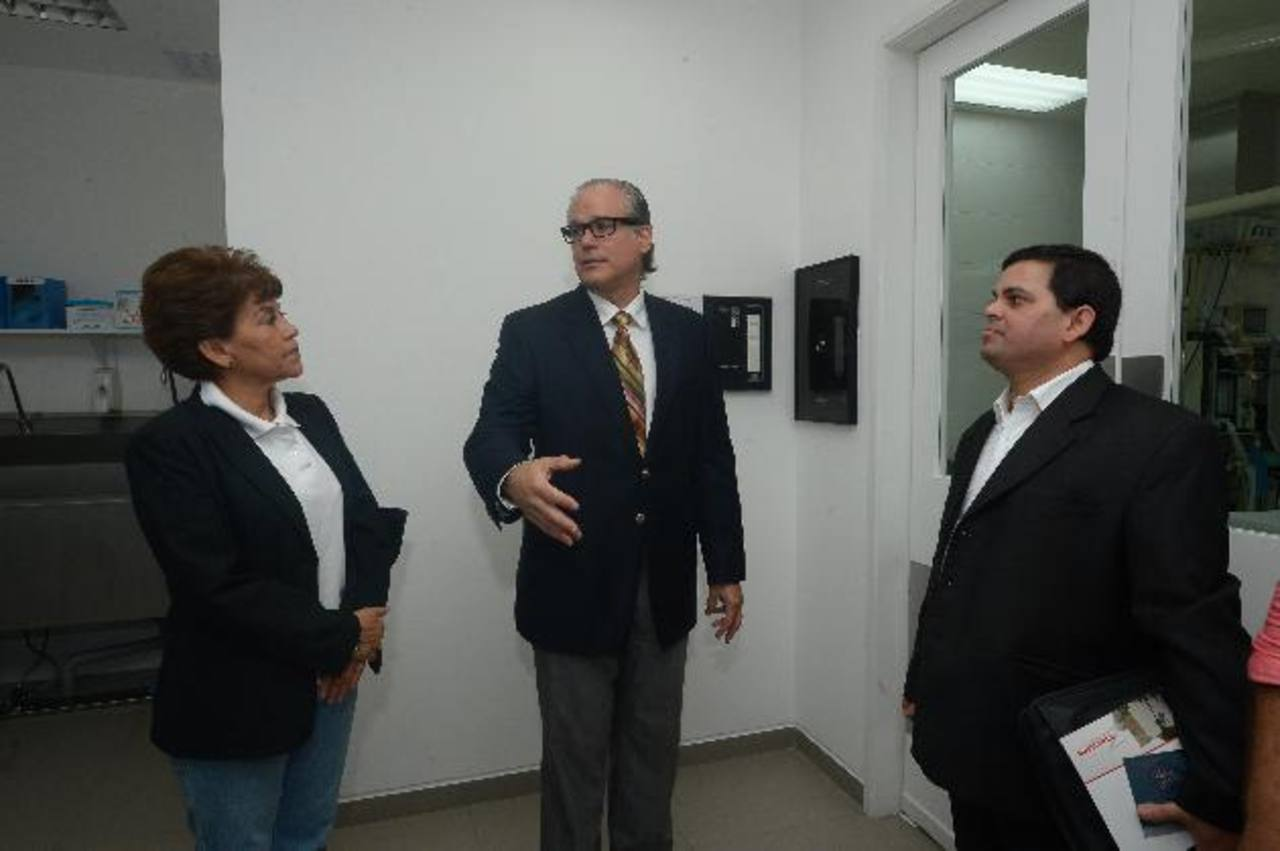 Doctor Román Zaldívar (centro) mostró las instalaciones de la clínica a tour operadores internacionales y les explicó su funcionamiento.