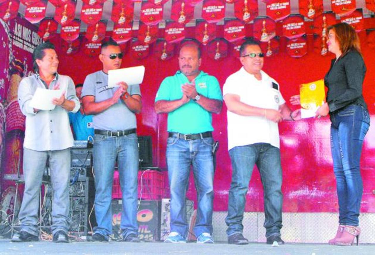 Todos los galardonados recibieron diplomas de reconocimiento. Foto EDH / Mauricio Guevara