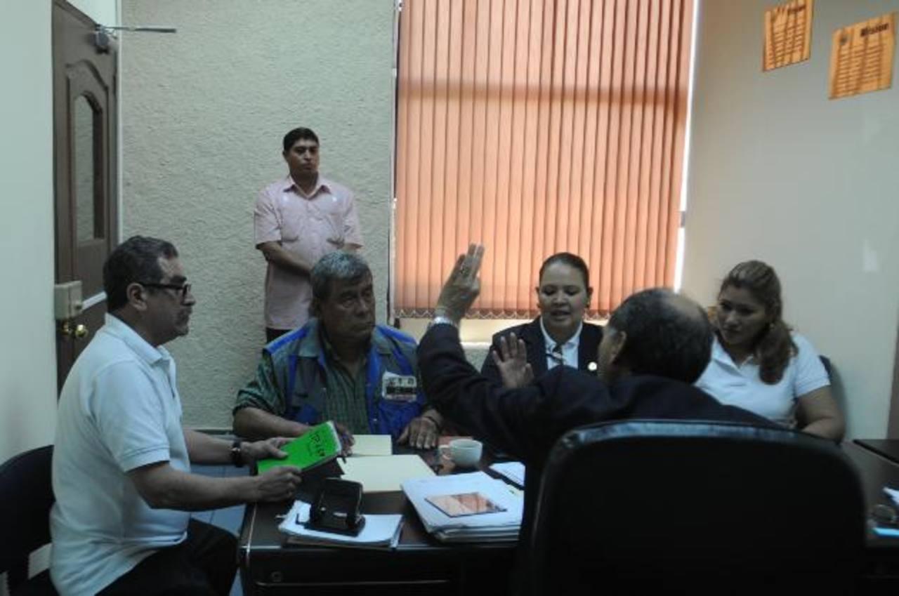 Los empleados de la Corte de Cuentas se concentraron en la segunda planta del edificio. foto edh / Miguel Villalta